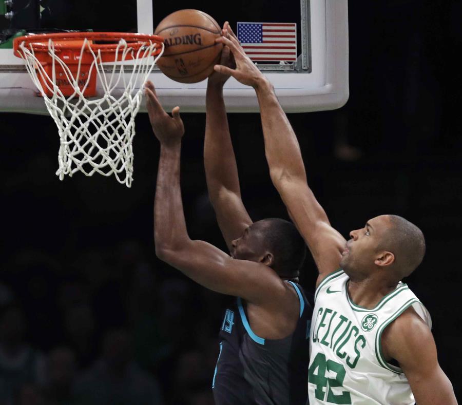 El pívot de los Celtics de Boston Al Horford (42) bloquea un tiro del pívot de los Hornets de Charlotte, durante la primera mitad del partido de la NBA en Boston. (semisquare-x3)
