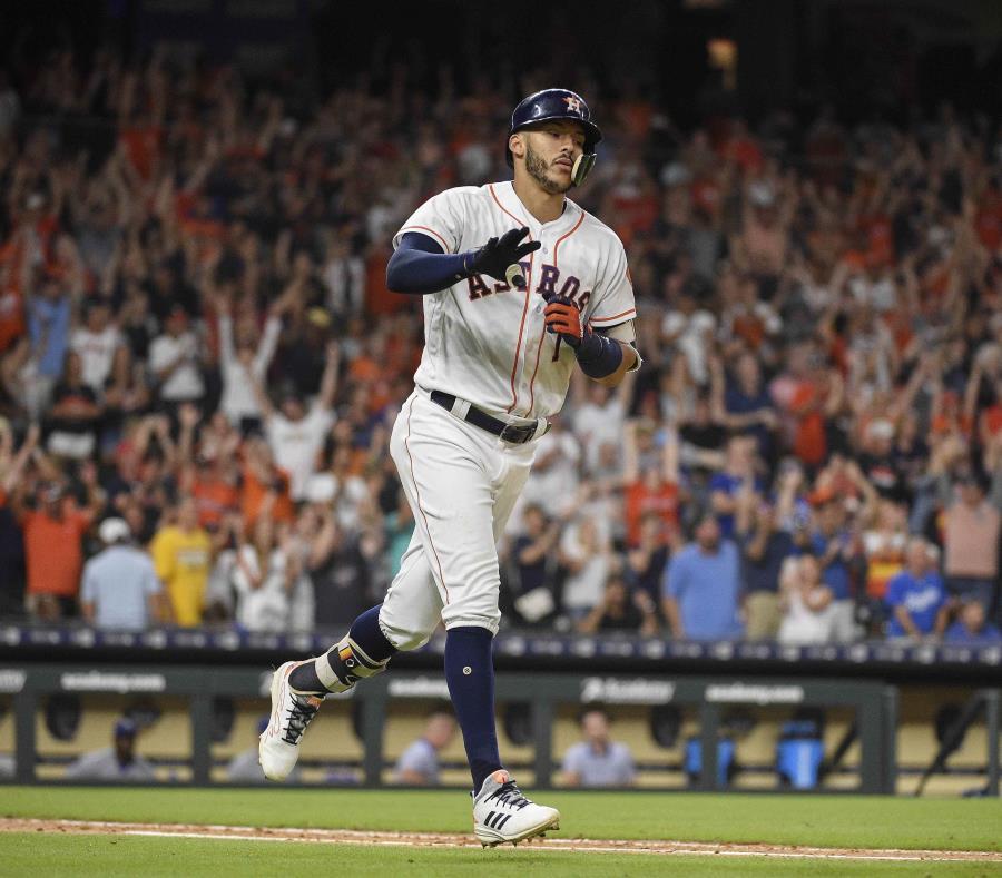 Carlos Correa, de los Astros de Houston, corre a primera base después de pegar el sencillo del gane en el 12do inning del partido ante los Reales de Kansas City. (AP) (semisquare-x3)