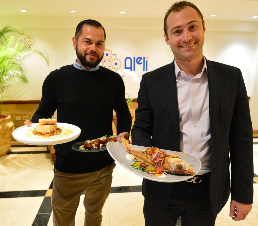 Carlos García (con gabán), director de Operaciones del hotel, junto a Isaac Maisonet, director de Comidas y Bebidas de la hospedería. (semisquare-x3)