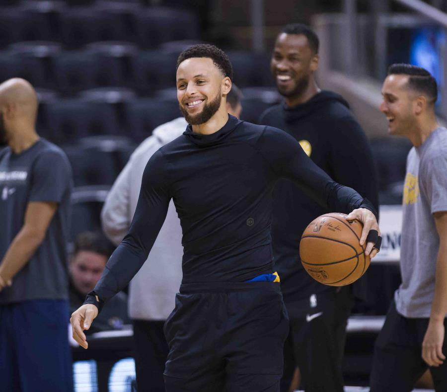 Stephen Curry, sonríe durante una práctica para la Final de la NBA contra los Raptors. (AP) (semisquare-x3)
