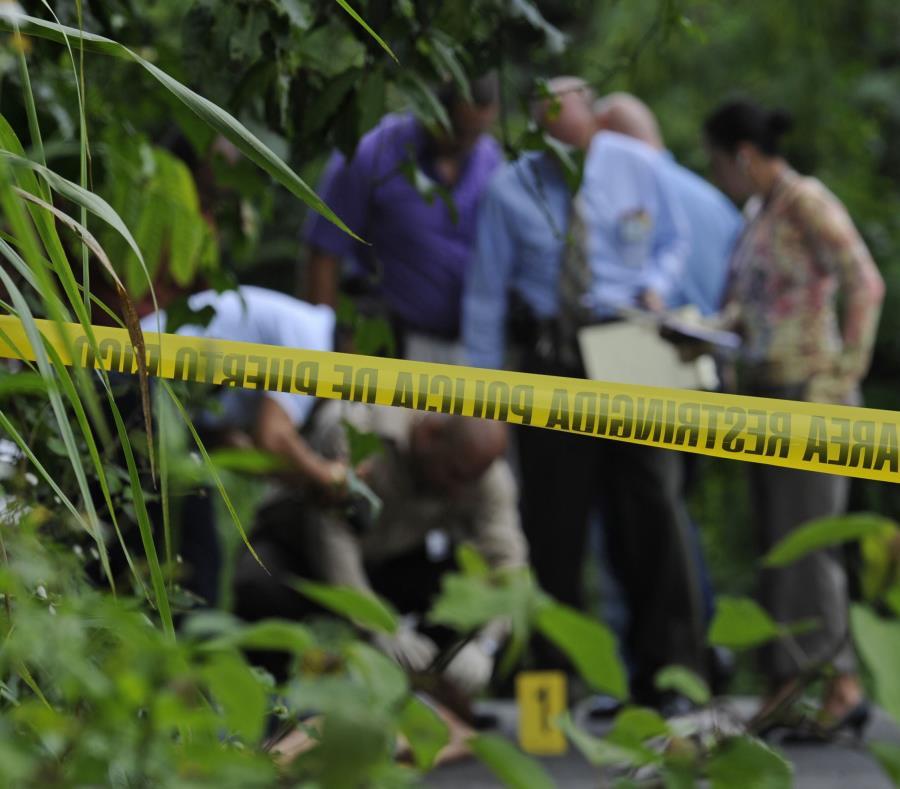 El cadáver fue encontrado en el área del pavimento con varias heridas de bala. (GFR Media) (semisquare-x3)
