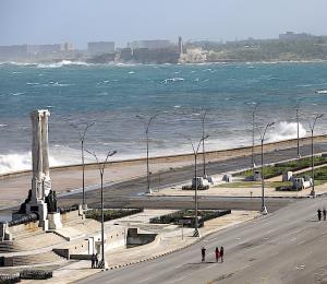 El fuerte oleaje afecta la costa de La Habana