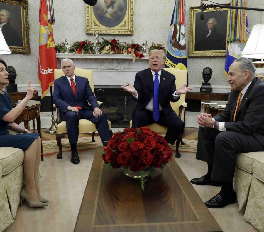 El presidente Donald Trump y el vicepresidente Mike Pence se reúnen con el líder de la minoría en el Senado. (semisquare-x3)