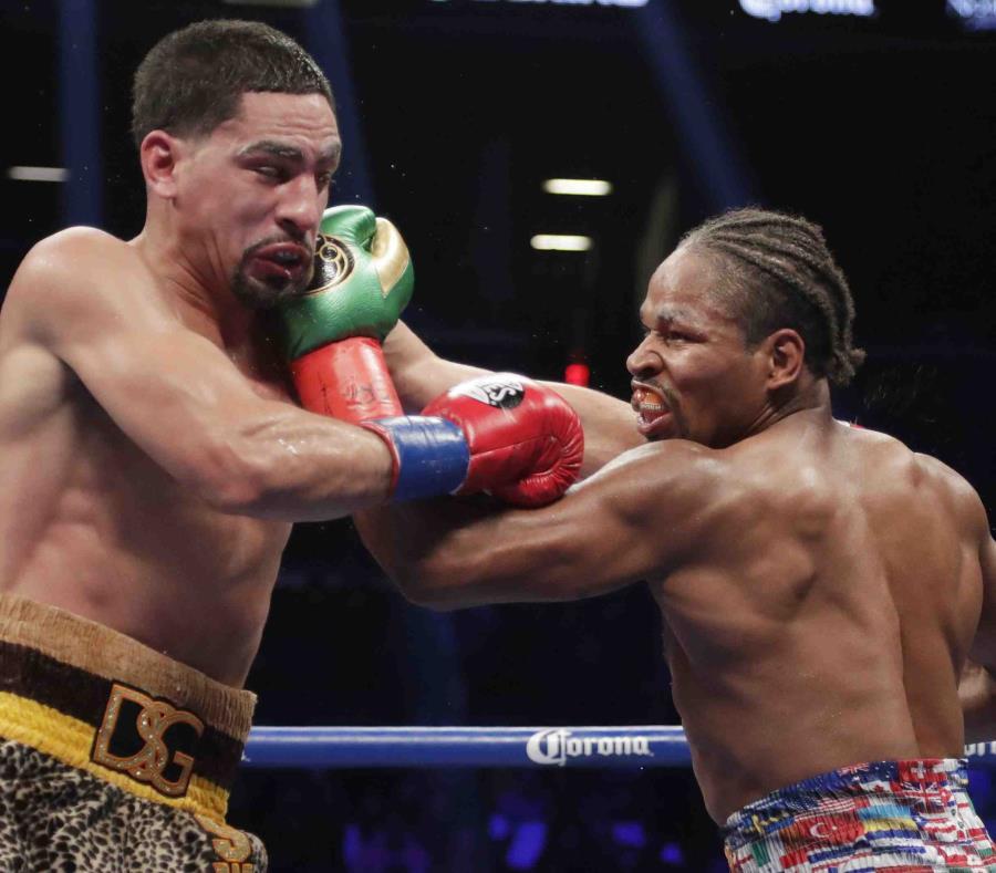 Shawn Porter castiga a Danny García con un gancho izquierdo durante la acción en el octavo asalto. (AP) (semisquare-x3)