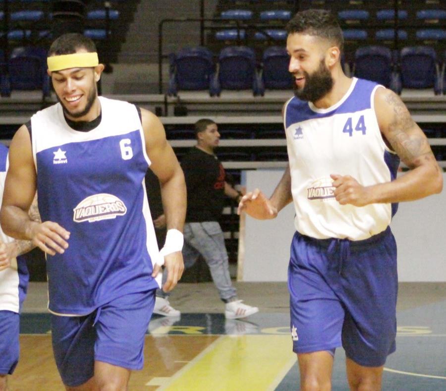 El armador Javier González (izquierda) está en el grupo de 13 canasteros y de sobrevivir al corte final estaría jugando por primera vez con la Selección en las ventanas de FIBA. (semisquare-x3)