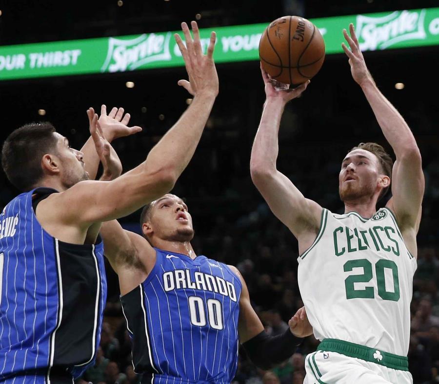 Gordon Hayward de los Celtics de Boston, intenta un tiro ante la defensa de Nikola Vucevic y Aaron Gordon.  (AP) (semisquare-x3)