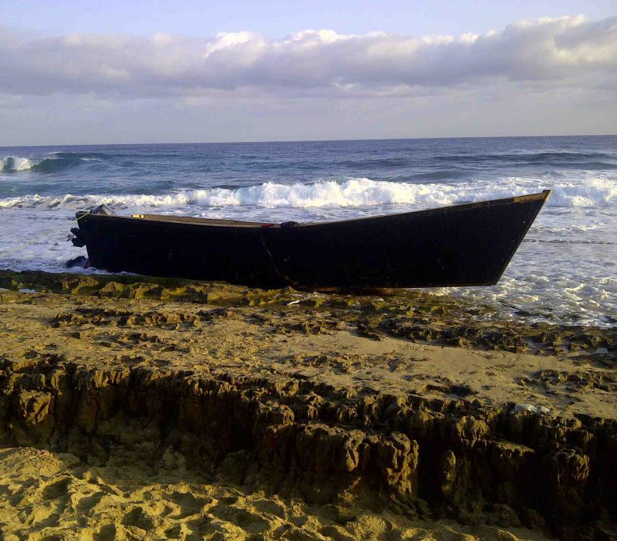 Una yola en una playa del oeste de la isla (semisquare-x3)
