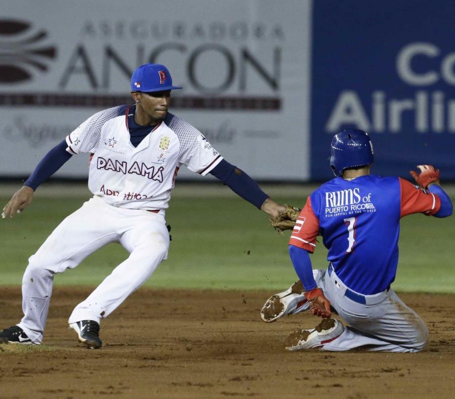 Jack López, de los Cangrejeros de Santurce de Puerto Rico, es puesto out en segunda base. (semisquare-x3)