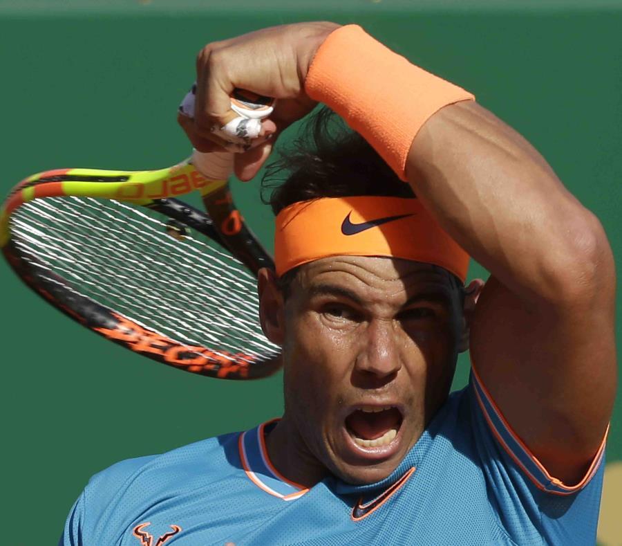 Rafael Nadal devuelve ante el argentino Guido Pella durante los cuartos de final. (AP) (semisquare-x3)