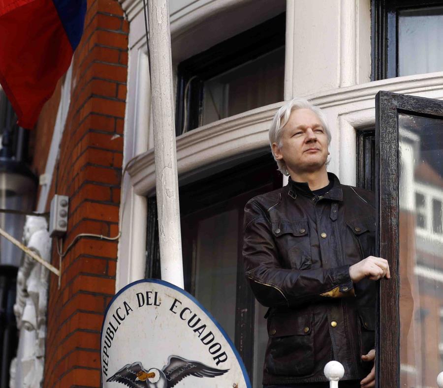 La foto de archivo de 2017 muestra a Julian Assange en la embajada ecuatoriana en Londres. (AP) (semisquare-x3)