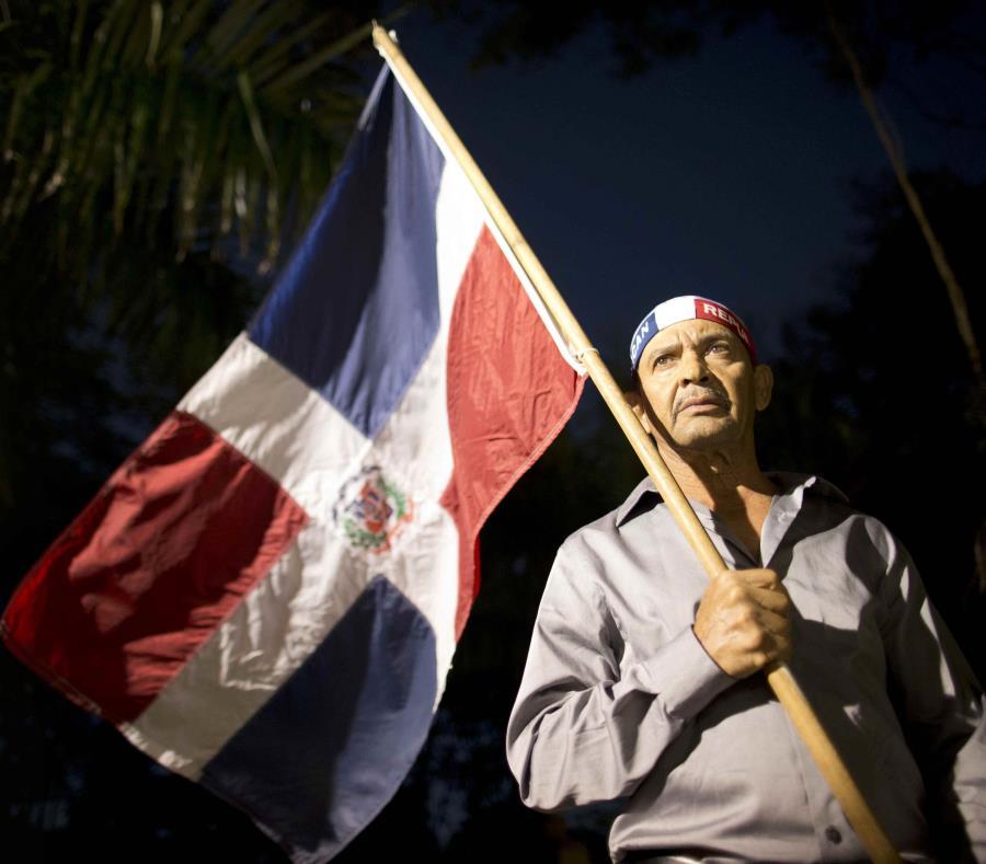 La manifestación se desarrolló bajo la vigilancia de un amplio operativo de agentes de la Policía Nacional dominicana. (semisquare-x3)