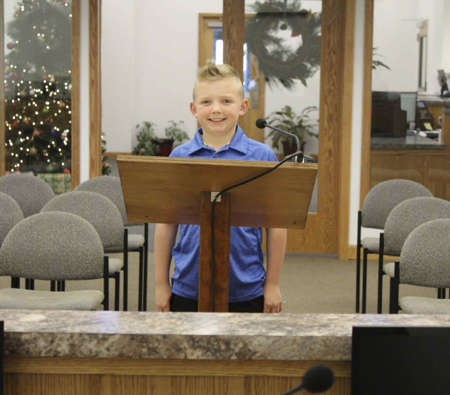 En esta fotografía del 29 de noviembre de 2018, Dane Best de 9 años posa en la cámara del consejo del pueblo de Severance, Colorado (semisquare-x3)