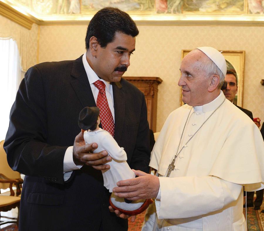 En esta foto de archivo del 17 de junio de 2013, el presidente venezolano Nicolás Maduro, izquierda, da al papa Francisco (semisquare-x3)