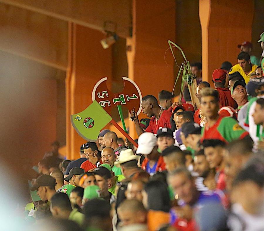 Fanáticos en el cuarto partido de la final de la Serie Nacional de béisbol de Cuba, entre los Azucareros de Villa Clara y los Leñadores de Las Tunas. El partido se jugó en el estadio Sandino de Santa Clara. (semisquare-x3)