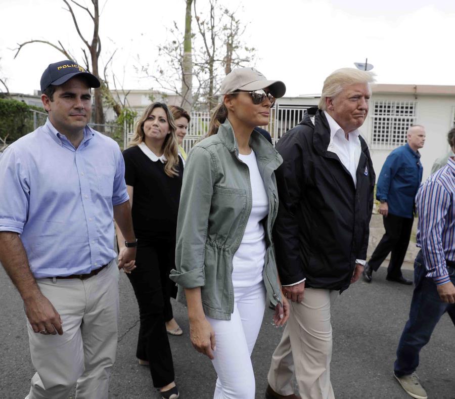 El presidente Donald Trump, junto a su esposa Melania, durante su visita a Puerto Rico (semisquare-x3)