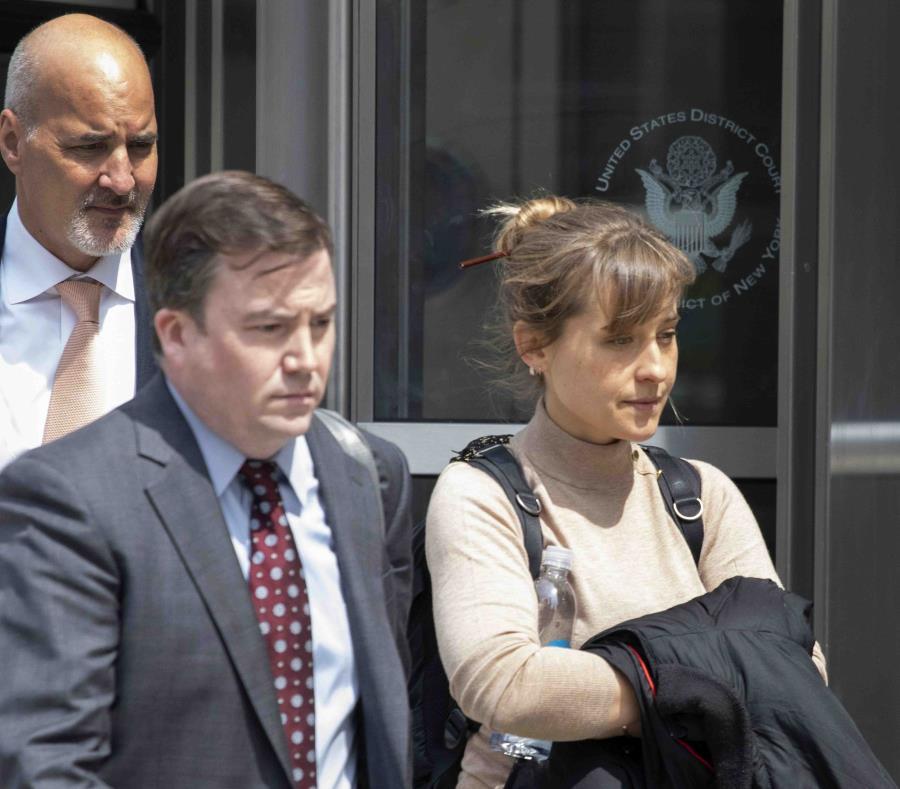 La actriz Allison Mack a su salida de la corte federal en Brooklyn, Nueva York. (AP / Mark Lennihan) (semisquare-x3)
