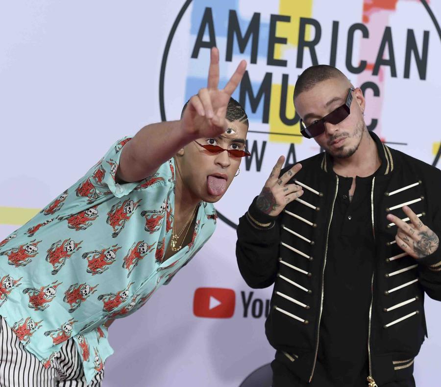 Bad Bunny junto a J Balvin a su llegada a los American Music Awards en Los Angeles. (AP / Jordan Strauss / Invision) (semisquare-x3)