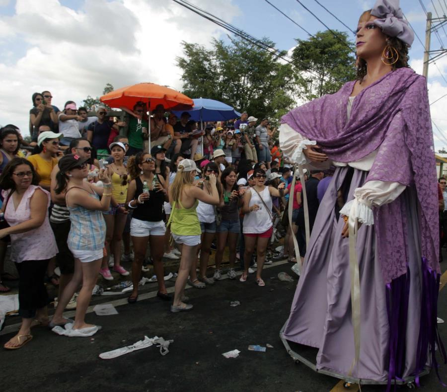 La Titina, que representa a la jíbara que se engalanaba para asistir a las fiestas del pueblo, es uno de los personajes que desfilan en el Festival de la Novilla. (GFR Media (semisquare-x3)