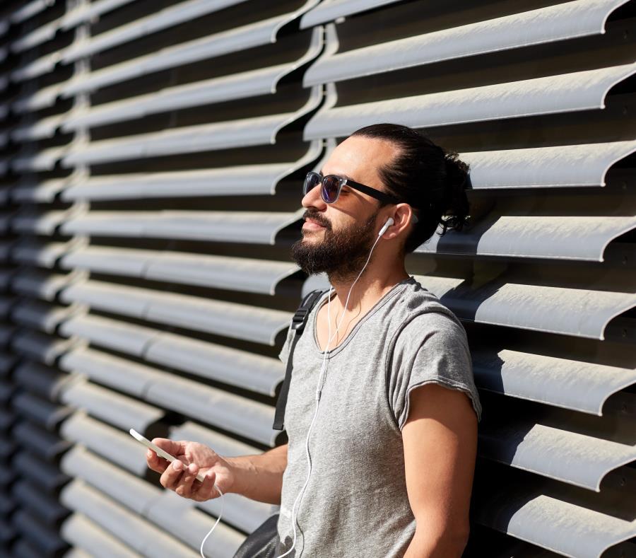 """El incremento de su consumo a través de internet es imparable, especialmente a la hora de escucharla vía """"smartphone"""". (Shutterstock) (semisquare-x3)"""