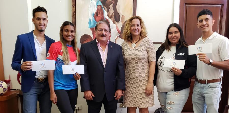 Jorge Hernández, Alisbeth Félix Boyer, Antonio Fas Alzamora, Sara Rosario, Jocelyn Báez y Adrián Muñoz posan en la Casa Olímpica. (Suministrada / Copur) (horizontal-x3)