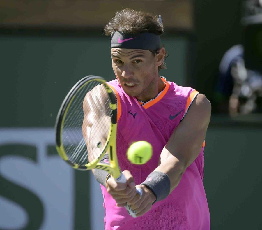 El español Rafael Nadal devuelve ante el serbio Filip Krajinovic en el partido por el Abierto de Indian Wells, el miércoles 13 de marzo (semisquare-x3)