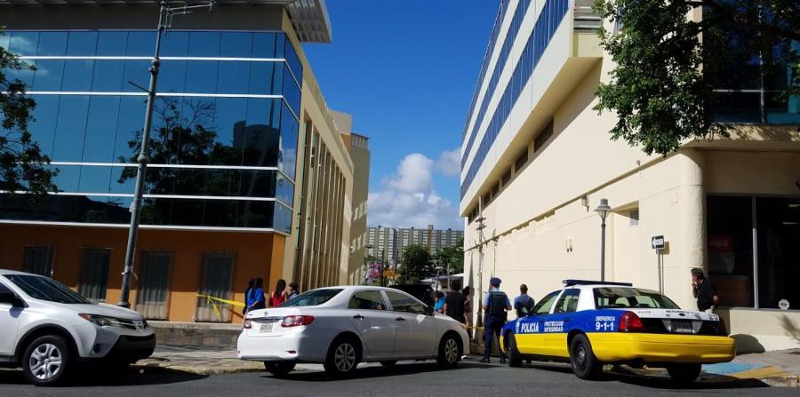 Agentes de la Policía y del Negociado de Ciencias Forenses investigan la escena de un asesinato.  (Suministrada) (horizontal-x3)