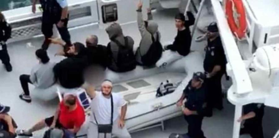 Un barco transportando a los expulsados del crucero (horizontal-x3)