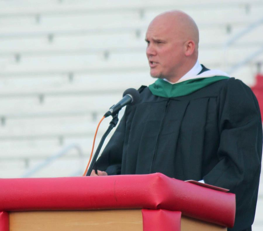 En esta foto del 23 de mayo de 2019, el director Kenny DeMoss hace un discurso de clausura durante la ceremonia de graduación de la Escuela Secundaria Parkersburg. (AP) (semisquare-x3)