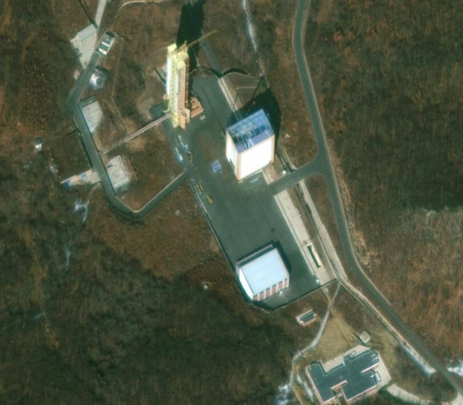 Esta imagen satelital muestra una torre de lanzamiento en el centro satelital Sohae en Tongchang-ri, Corea del Norte. (semisquare-x3)