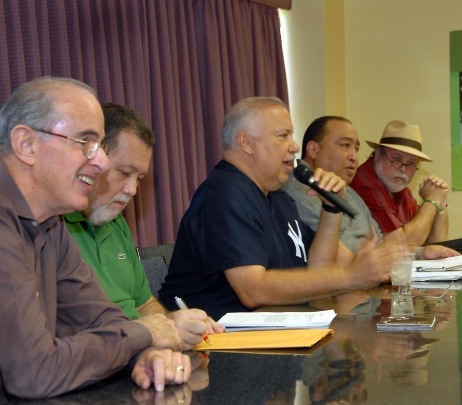 En la foto, el fenecido Elliott Castro (centro), fundador de la Descarga Original, junto a sus compañeros del programa. (GFR Media) (semisquare-x3)
