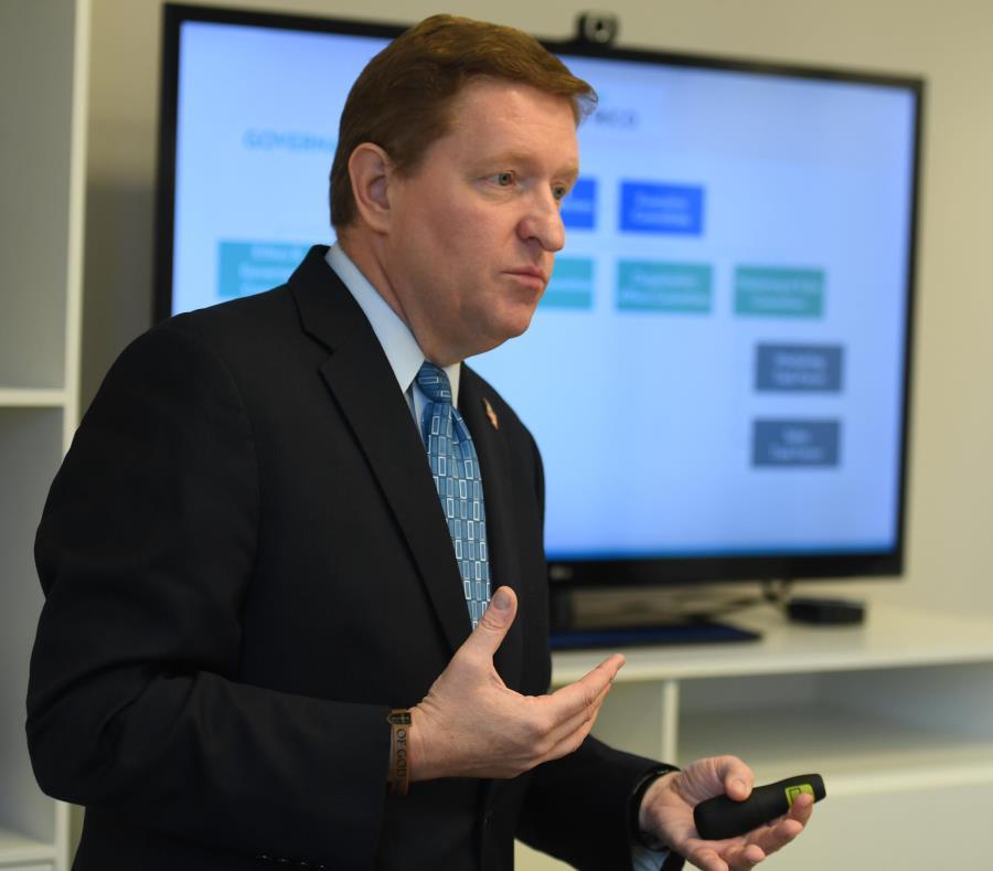 """Dean sostuvo que el proceso de contratación fue uno """"riguroso que asegura responsabilidad y transparencia en el uso de fondos públicos"""" (semisquare-x3)"""