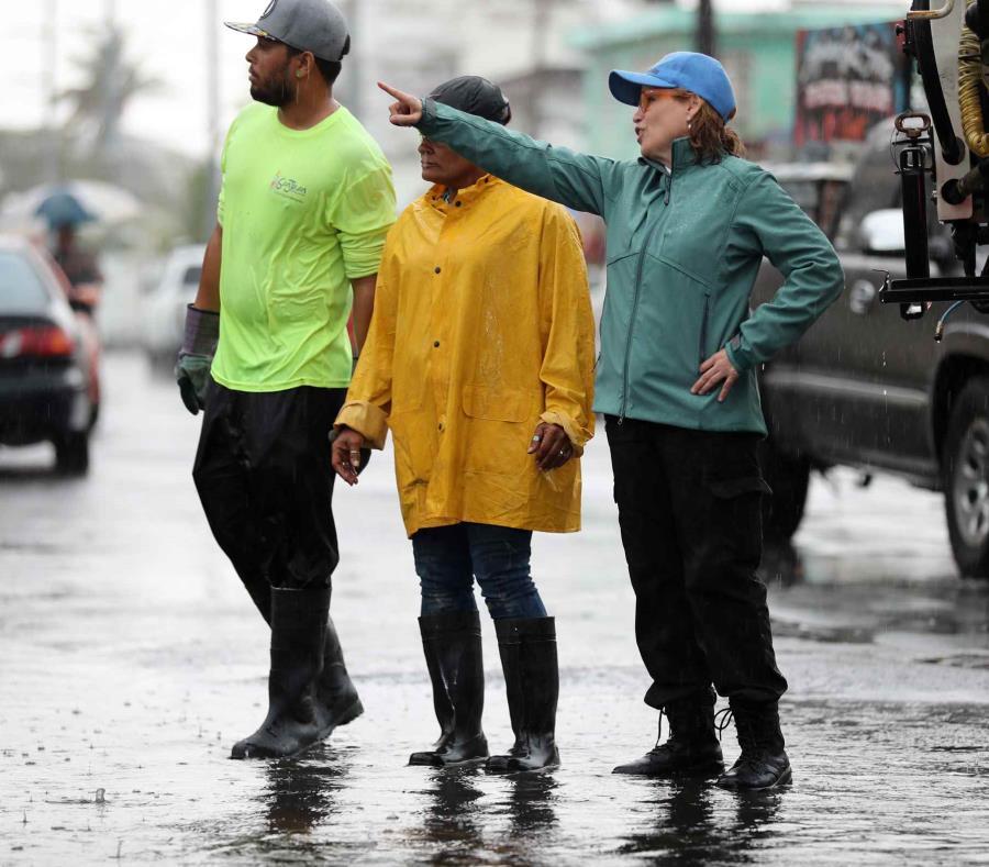 La alcaldesa Carmen Yulín Cruz estuvo presente durante los trabajos para eliminar el agua que inundó un tramo de la avenida Rexach. (semisquare-x3)