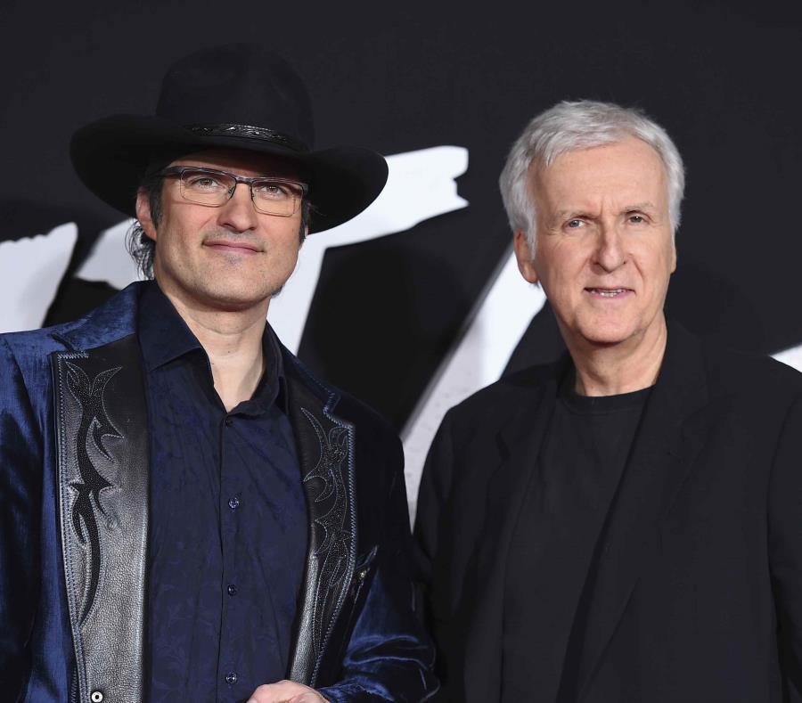 Robert Rodríguez y James Cameron (der.) a su llegada para el estreno de
