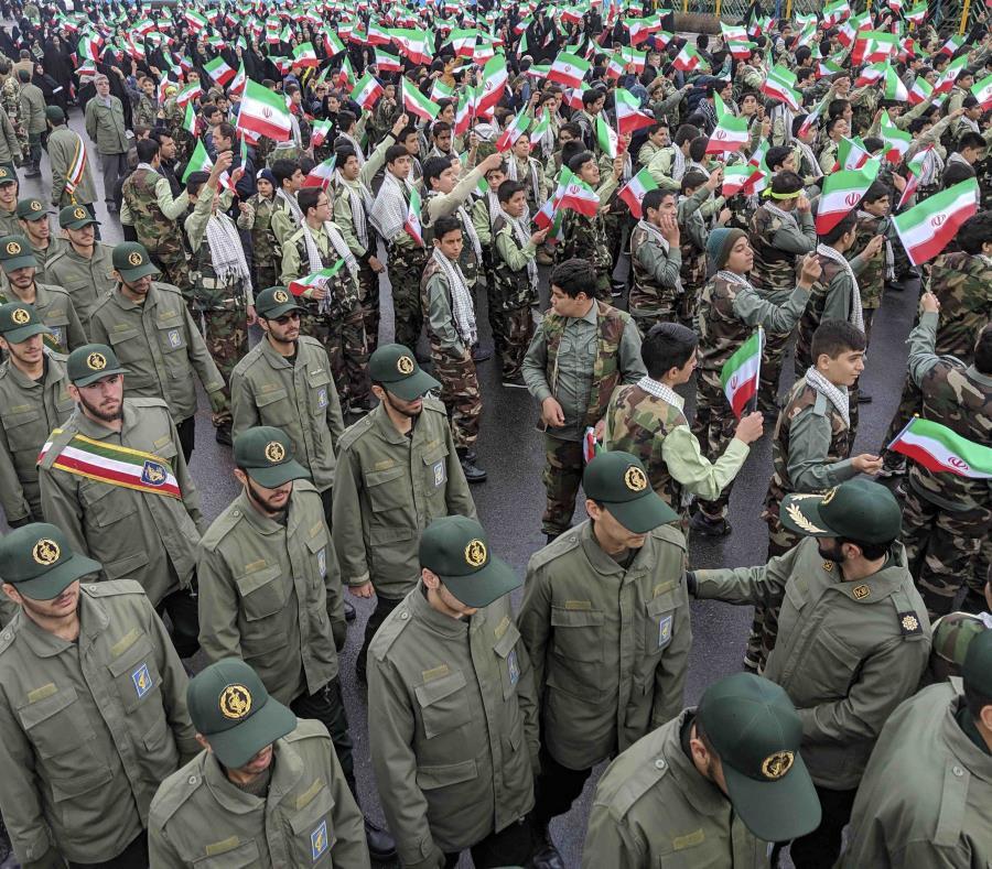 Un grupo de personas ondean banderas de Irán mientras miembros de la Guardia Revolucionaria llegan a Azadi, la Plaza de la Libertad, durante un acto para celebrar el 40mo aniversario de la Revolución Islámica, en Teherán, Irán (AP /Vahid Salemi) (semisquare-x3)