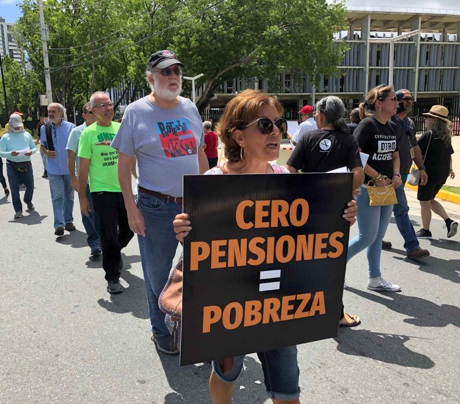 Un grupo de jubilados se manifestó el miércoles frente al Tribunal Federal de Hato Rey. (Alex Figueroa Cancel) (semisquare-x3)