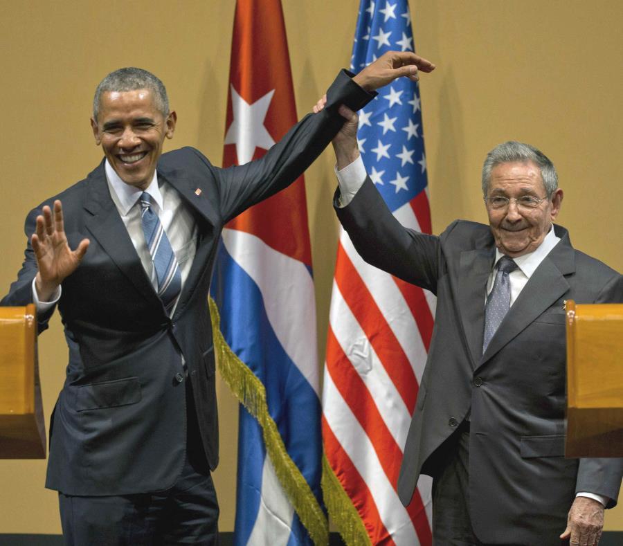 El ahora expresidente estadounidense Barack Obama (izq.) visitó Cuba en el 2016 y fue recibido por su contraparte, el también expresidente Raúl Castro Ruz. (AP / Ramón Espinosa) (semisquare-x3)