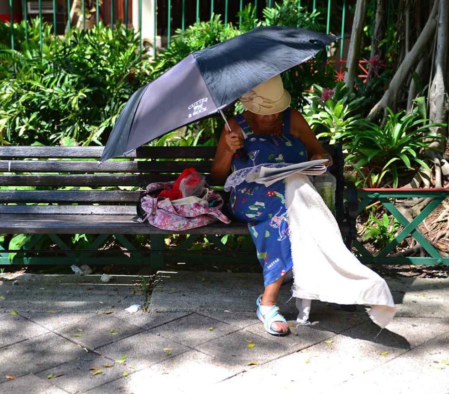 Las personas que trabajan al aire libre o pasan mucho tiempo en el exterior deben tener agua fresca disponible en todo momento (semisquare-x3)