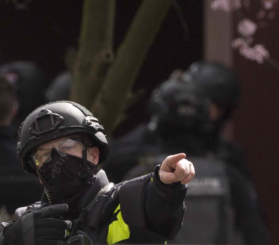 Un agente antiterrorista holandés se prepara para allanar una vivienda tras una balacera en Utrecht, Holanda (semisquare-x3)