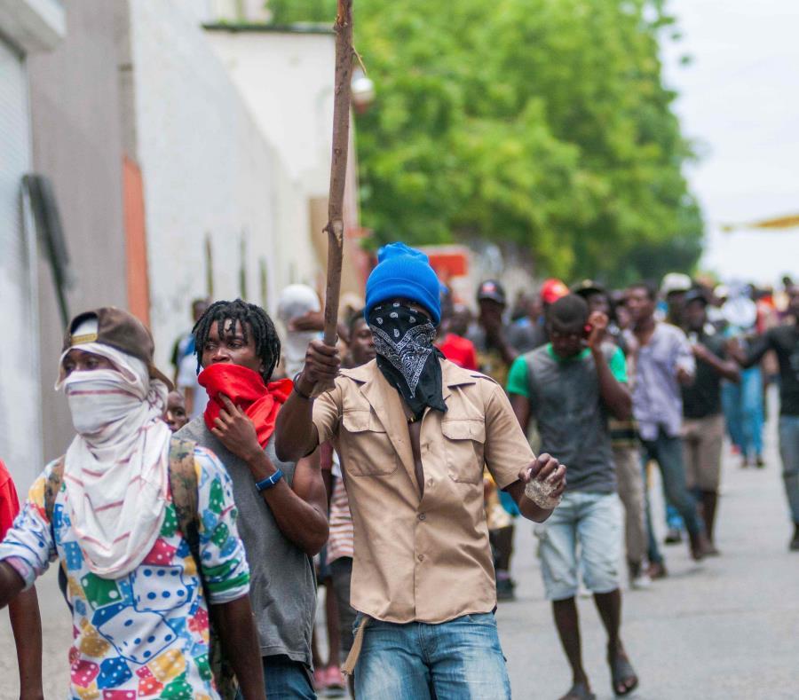 Manifestantes recorren las calles este lunes, en Puerto Príncipe. (semisquare-x3)