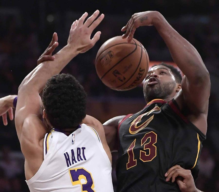 El jugador de los Lakers de Los Ángeles Josh Hart (izquierda) y Tristan Thompson, de los Cavaliers de Cleveland, pelean por un rebote durante la primera mitad del juego de la NBA que enfrentó a ambos equipos (semisquare-x3)