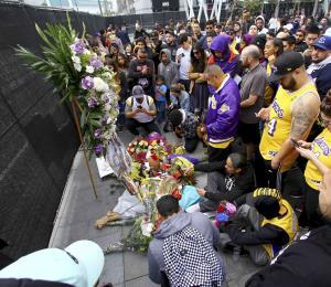 Fanáticos de Kobe Bryant instalan altares afuera del Staples Center