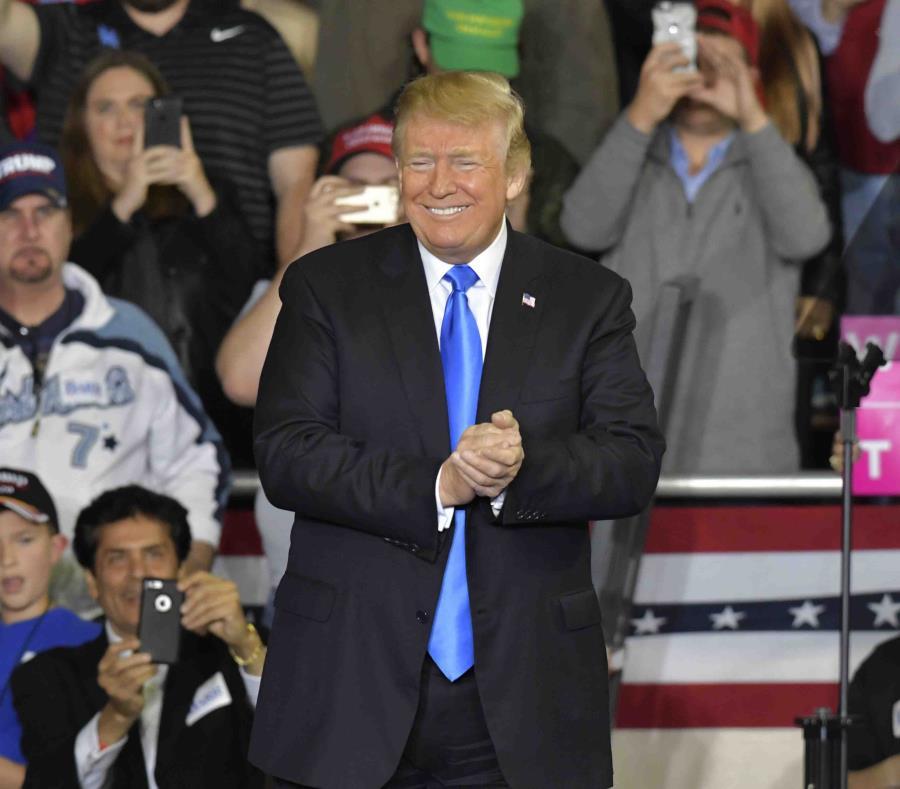 El presidente Donald Trump sonríe durante un mitin en Eastern Kentucky University. (AP) (semisquare-x3)