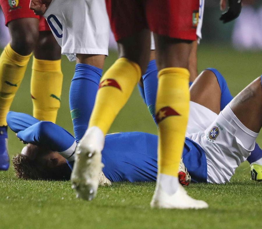 Neymar yace en el césped después de lastimarse.  (AP) (semisquare-x3)