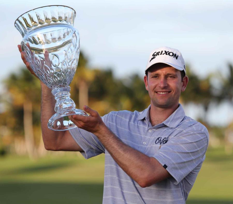 Martin Trainer sostiene el trofeo de campeonato del Puerto Rico Open al finalizar el torneo 15 golpes bajo par. (semisquare-x3)