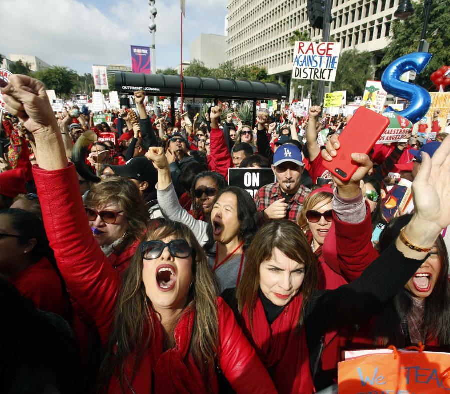 Maestros protestan pidiendo mejoras salariales al Distrito Escolar Unificado de Los Ángeles, en el quinto día de huelga de maestros, el viernes 18 de enero del 2019 afuera del ayuntamiento de Los Ángeles. (AP) (semisquare-x3)