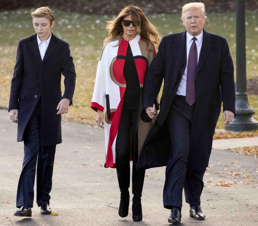 Barron, Melania y Donald Trump caminan en el patio de Casa Blanca. (AP) (semisquare-x3)