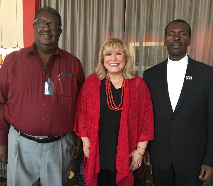 Desde la izquierda, el profesor Paul Latortue, propulsor de programa de MBA de Crestcom; María de los Ángeles Ortiz Reyes, presidenta de Crestcom, y el Monseñor Pierre, de la Universidad de Notre Dame. (semisquare-x3)