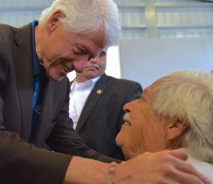 Bill Clinton visita a refugiados en Canóvanas