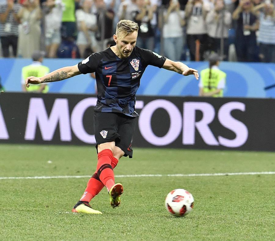 Ivan Rakitic, de la selección de Croacia, convierte un penal durante la tanda que definió el duelo de octavos de final de la Copa del Mundo ante Dinamarca. (AP) (semisquare-x3)
