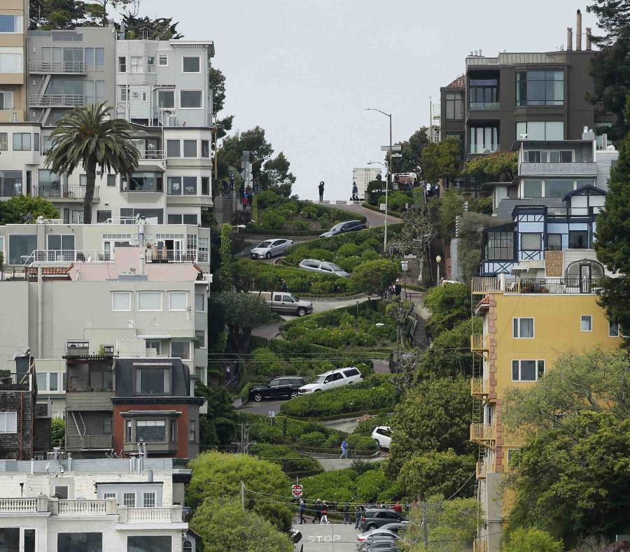 """La calle """"más sinuosa del mundo""""  atrae dos millones de visitantes cada año. (AP) (semisquare-x3)"""